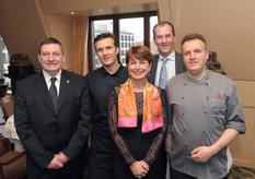Berlin Gastronomie - Légende photo : De gauche à droite : M. Guillaume Rose, Directeur de la DTC ; Mme Isabelle Berro-Amadeï, Ambassadeur de Monaco en Allemagne ; le Chef Sylvain Etiévant ; le directeur et le chef du Capital Club ©DR