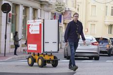 robot suiveur - Un facteur suivi par ALF, le robot suiveur, dans les rues de la Principauté ©Direction de la Communication - Michael Alesi
